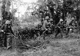 1. Weltkrieg - Infanterie im Vorgehen mit Gasmasken